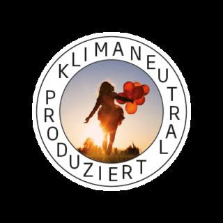 Logo Klimaneutral Kampagne junge Frau mit Luftballons im Sonnenuntergang
