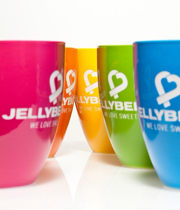 Mahlwerck Concept Brand Jellybeenz auf verschieden farbigen Porzellan Tassen