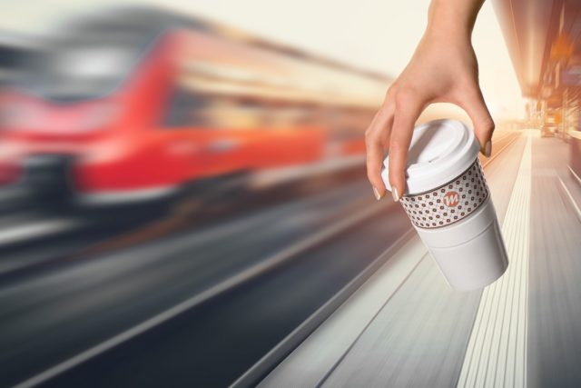 Coffee to go Promotion Motiv Bahnsteig mit Zug