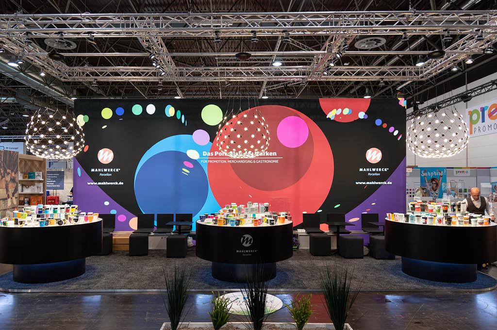 PSI-Messestand von Mahlwerck-Porzellan mit ausdrucksstarkem Punkte-Design als Markenelement